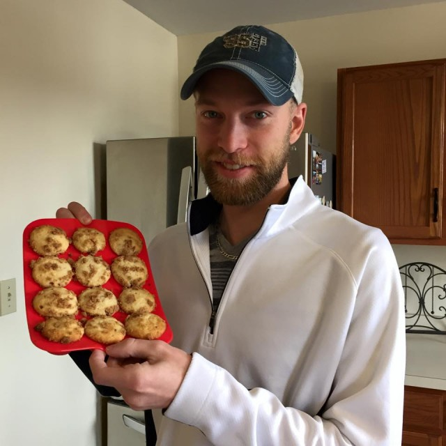 Aaron won this silicone muffin tray (+15 bids) for $0.02 using only 1 voucher bid! #OneBidWin #QuiBidsWin